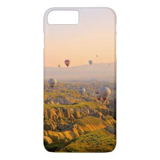 Coque iPhone 7 Plus Ballons à air chauds au-dessus d'un beau relief