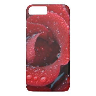 Coque iPhone 7 Plus La rosée a couvert le rose rouge décorant le site