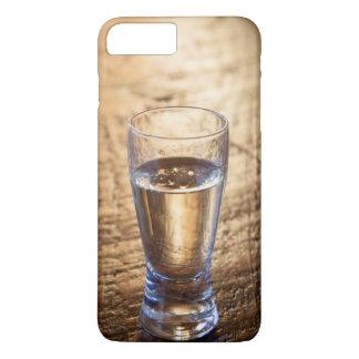 Coque iPhone 7 Plus Tir simple de tequila sur la table en bois