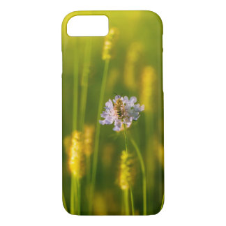 Coque iPhone 7 Une abeille sur les fleurs sauvages de ressort