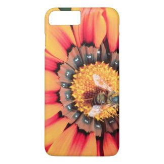 Coque iPhone 8 Plus/7 Plus Plan rapproché extrême d'une abeille rassemblant