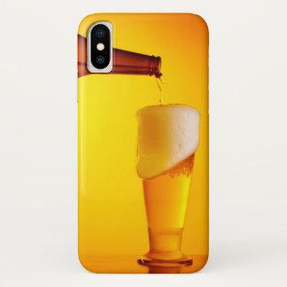 Coque iPhone X Bière de versement de serveur, verre d'une boisson