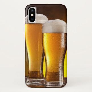 Coque iPhone X Deux verres de bières sur une table en bois
