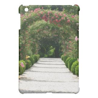 Coque Pour iPad Mini Voûte rose dans le jardin