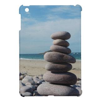Coques iPad Mini Sculpture en caillou sur une plage