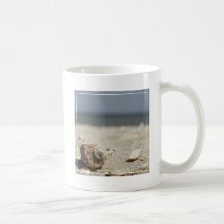 Coquillages sur le sable par la mer mug blanc