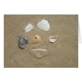 Coquilles de mer dans la carte de sable