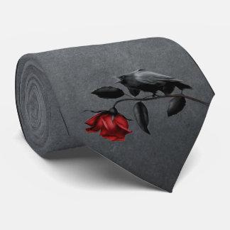 Corneille gothique sur la cravate de rose