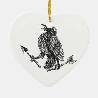 Corneille saisissant le tatouage cassé de flèche ornement cœur en céramique
