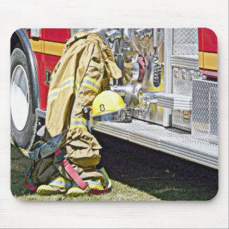 Costume et camion de lutte contre l'incendie de po tapis de souris