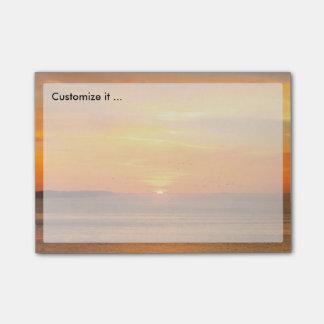 Côte de coucher du soleil avec Sun orange et Post-it®