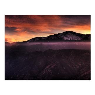 Couche de brouillard sur la montagne carte postale