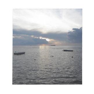 Coucher du soleil chaud de mer avec des cargos blocs notes