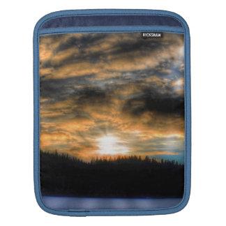 Coucher du soleil d'hiver au-dessus de scène gelée housse pour iPad