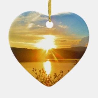 Coucher du soleil sur la pointe de flèche de lac ornement cœur en céramique