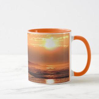 Coucher du soleil sur la tasse de sonnerie de