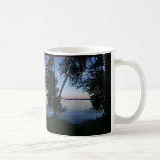 Coucher du soleil sur le lac mug