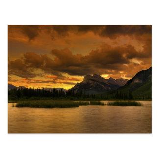 Coucher du soleil vermillon de lacs carte postale