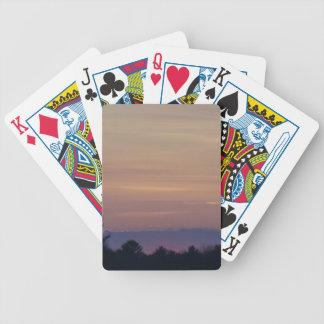 Coucher du soleil violacé en bas de la route jeu de cartes
