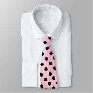 Couleur rose avec la cravate noire de points