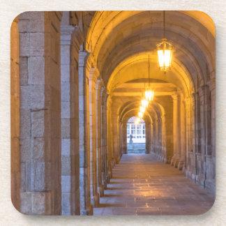 Couloir en pierre allumé par lampe, Espagne Dessous-de-verre