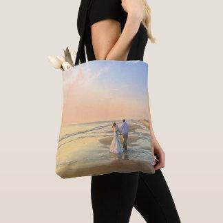 Couples de mariage sur le sac fourre-tout à plage