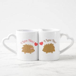 Couples mignons de hérisson dans l'amour mug
