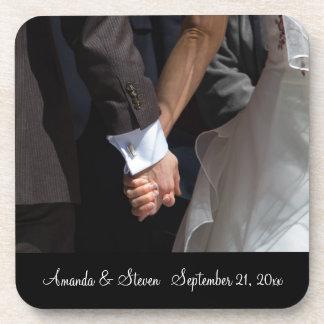 Couples romantiques et élégants de mariage tenant sous-bock