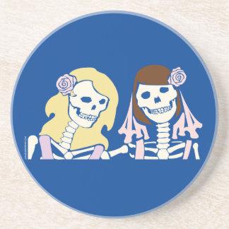 Couples squelettiques femelles de blonde et de dessous de verres