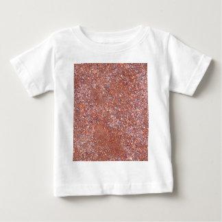 Cour d'argile rouge, gravier, brique en pierre de t-shirt pour bébé