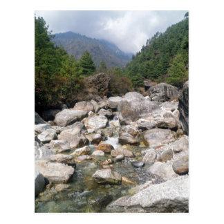 Courant rocheux dans le paysage de forêt de cartes postales