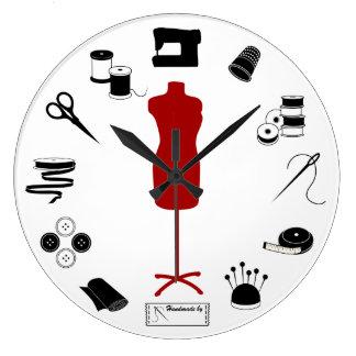 Cousez juste grande horloge ronde