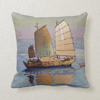 Coussin 帆船夕日, lueur de soirée de bateaux à voile, Hiroshi