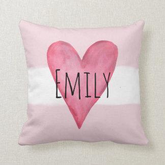 Coussin Amour rose de bébé de typographie de coeur avec le