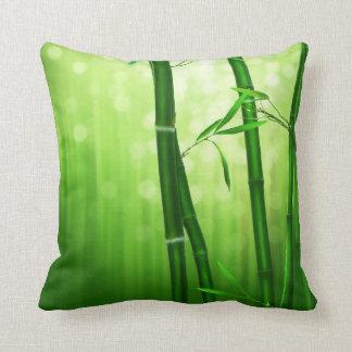 Coussin Bambou vert avec les lumières pâles de Bokeh dans