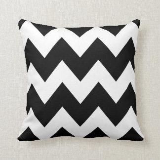 Coussin Blanc audacieux de noir de motif de zigzag de