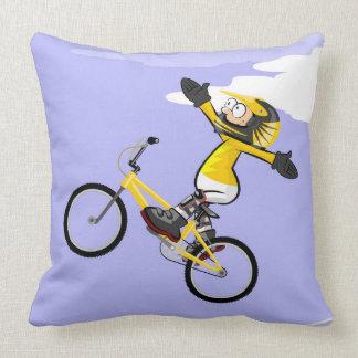Coussin BMX enfant dans sa bicyclette avec les bras