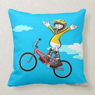 Coussin BMX enfant en volant par l'air dans sa bicyclette