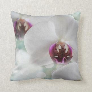 Coussin Carreau blanc bleu d'orchidée de sérénité