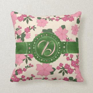 Coussin Carreau initial floral de rose et de vert