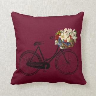 Coussin Carreau rouge de fleur de bicyclette   merlot