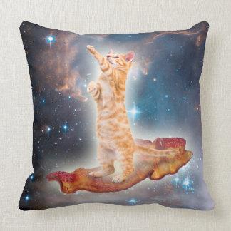 Coussin Chat surfant de lard dans l'univers