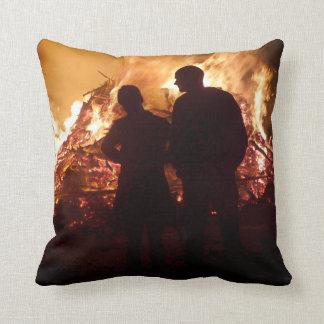 Coussin Couples devant le feu de camp