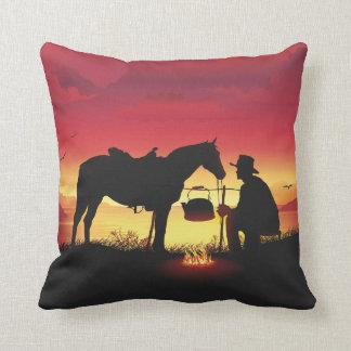 Coussin Cowboy et cheval au carreau de coucher du soleil