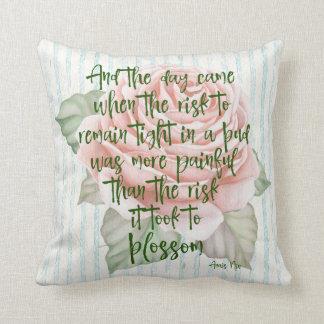 Coussin Cru minable : Risque à la citation de fleur