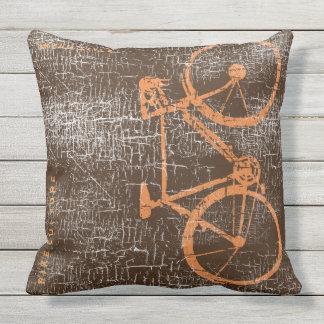 Coussin D'extérieur bicyclette/vélo d'urbain-style sur le brun affligé
