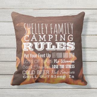 Coussin D'extérieur Le camping personnalisé de famille ordonne