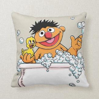 Coussin Ernie vintage dans la baignoire