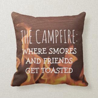 Coussin Feu de camp drôle de camping indiquant des amis de