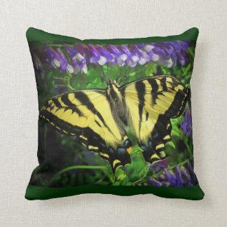 Coussin Fleurs noires et jaunes de bleu de papillon